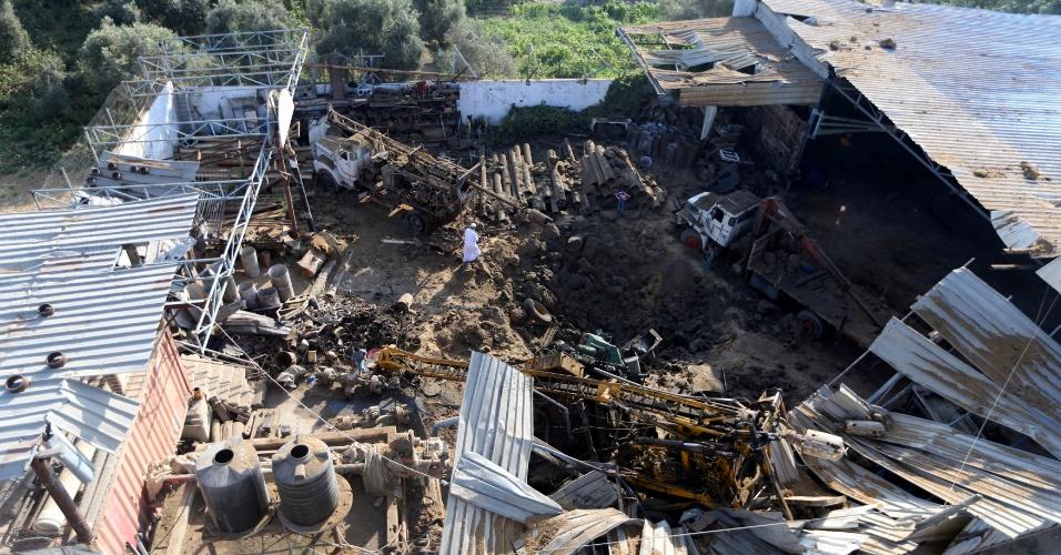 2.jul.2016 - Palestino observa os estragos causados por um ataque aéreo realizado pelas forças israelenses na Faixa de Gaza. Israel atacou quatro alvos após um disparo de foguete contra o seu território. Não há informações de vítimas até o momento