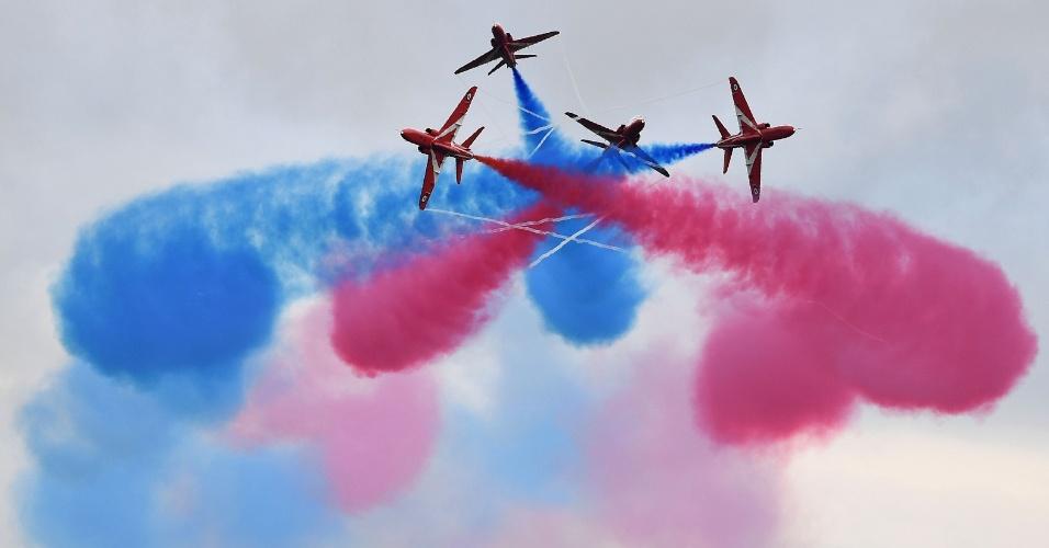 10.jul.2016 - Membros da Força Aérea Real Britânica realizam uma performance antes do Grand Prix de F1 de Silvertone, na Inglaterra