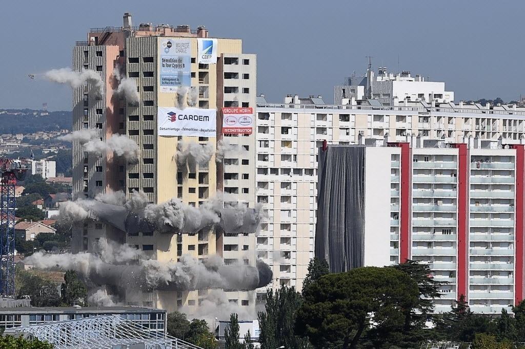 21.jul.2016 - Um prédio de vinte andares e mais de 60 metros de altura foi demolido em Marselha, na França. A operação faz parte de um projeto em curso para renovar o bairro Malpasse