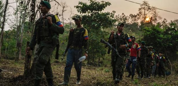 Soldados das Farc caminham em um acampamento nas montanhas da Colômbia