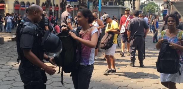 Pessoas são revistadas na concentração do Grito dos Excluídos no Rio - Hanrrikson Andrade/UOL