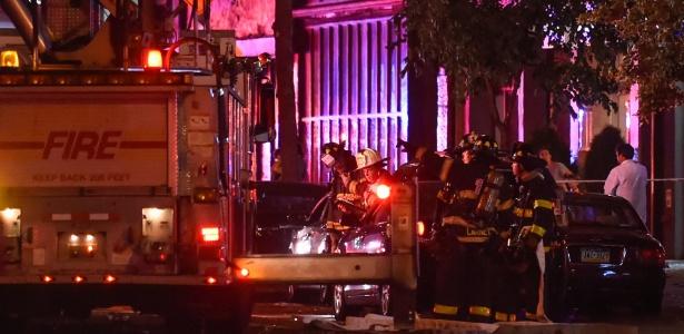 Bombeiros trabalham no local da explosão no bairro de Chelsea, em Manhattan, NY