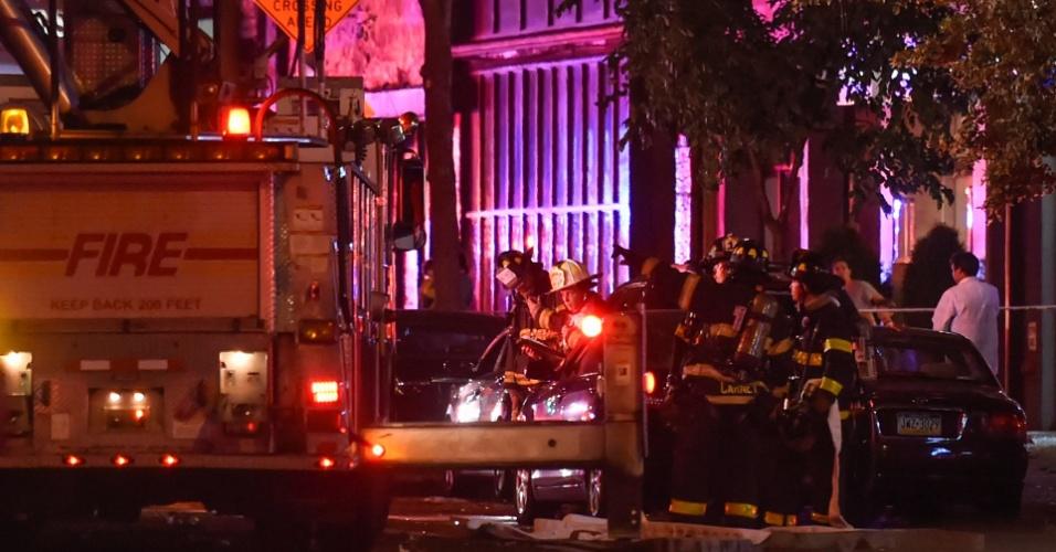 Bombeiros trabalham no local onde ocorreu uma explosão no bairro de Chelsea, em Manhattan, Nova York