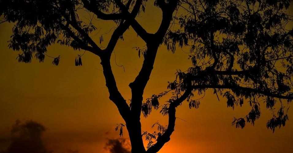 29.set.2016 - Amanhecer deixa o céu colorido na cidade de São José dos Campos, no Vale do Paraíba (SP)