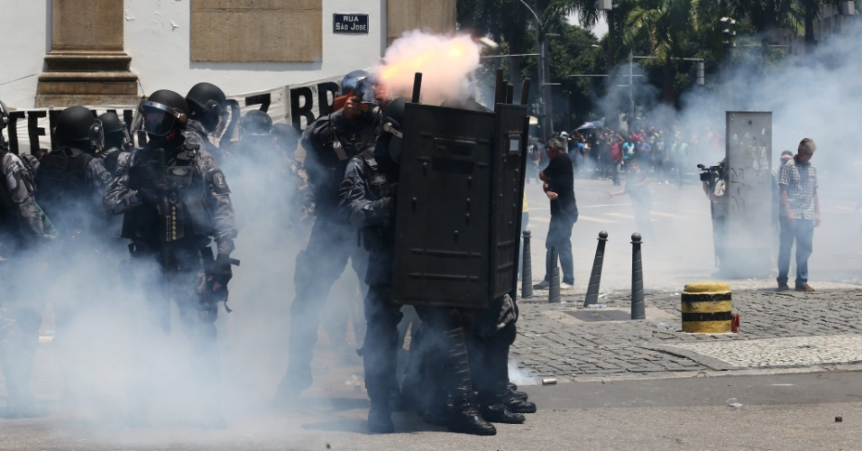 16.nov.2016 - Tropa de Choque da Polícia Militar lança bombas de gás lacrimogêneo contra manifestantes para reprimir tentativa de invasão da Alerj (Assembleia Legislativa do Rio) durante protesto contra corte de gastos