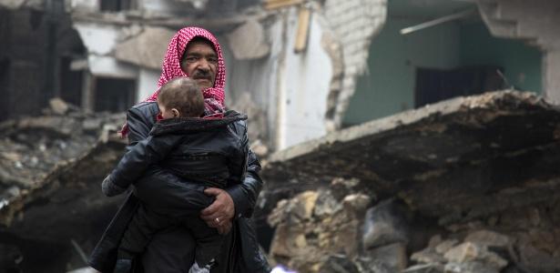 Sírios deixam área dominada por rebeldes em Aleppo durante avanço das forças do governo sírio
