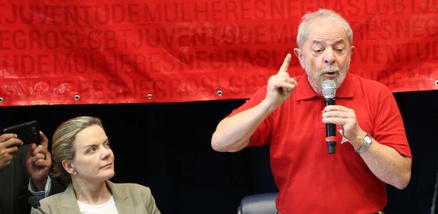10.jun.2017 - O ex-presidente Luiz Inácio Lula da Silva no diretório paulista do PT ao lado da presidente nacional do partido, Gleisi Hoffmann (PT-PR)