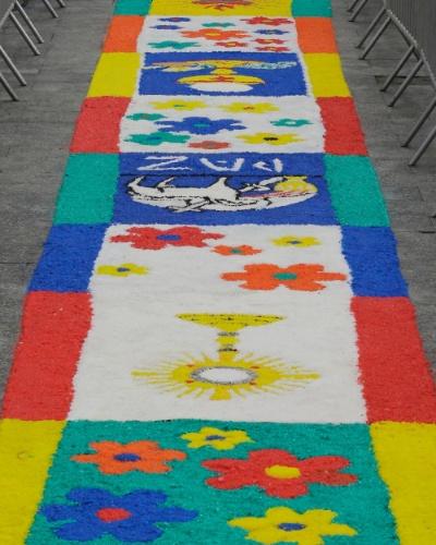 15.jun.2017 - O tradicional tapete de Corpus Christi foi confeccionado com uma tonelada e meia de sal grosso na Praça da Sé, no centro de São Paulo. Uma missa foi celebrada em frente à Catedral da Sé