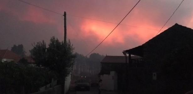Gareth Roberts registrou esta imagem do mortal incêndio qu atingiu uma floresta portuguesa neste domingo
