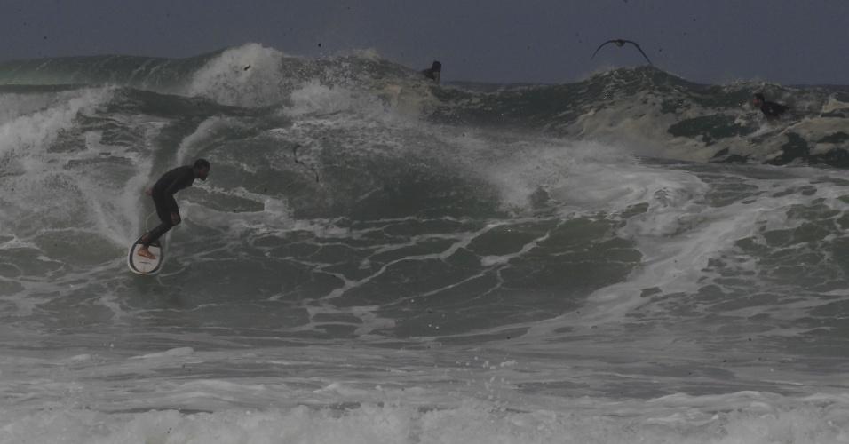 12.ago.2017 - Surfistas se aproveitaram da ressaca no mar para pegar ondas