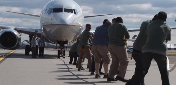 Cabo-de-guerra contra uma avião? Sim, e eles conseguiram mover a aeronave...