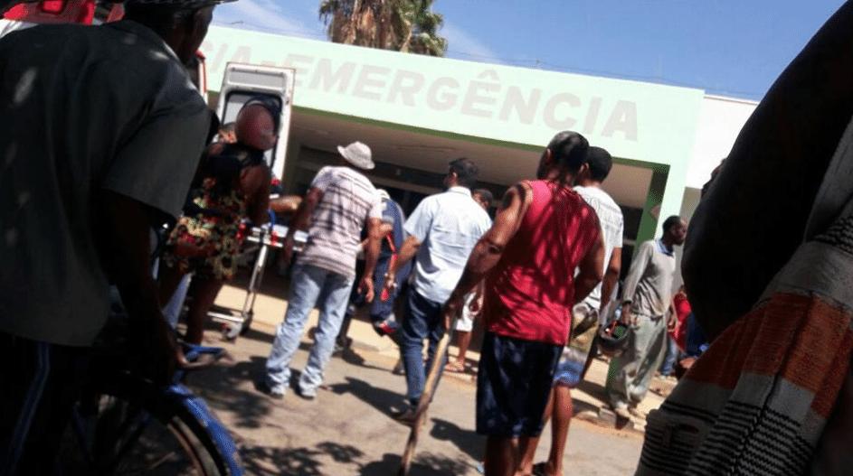 5.out.2017 - Feridos após incêndio em creche chegam a hospital de Janaúba (MG)