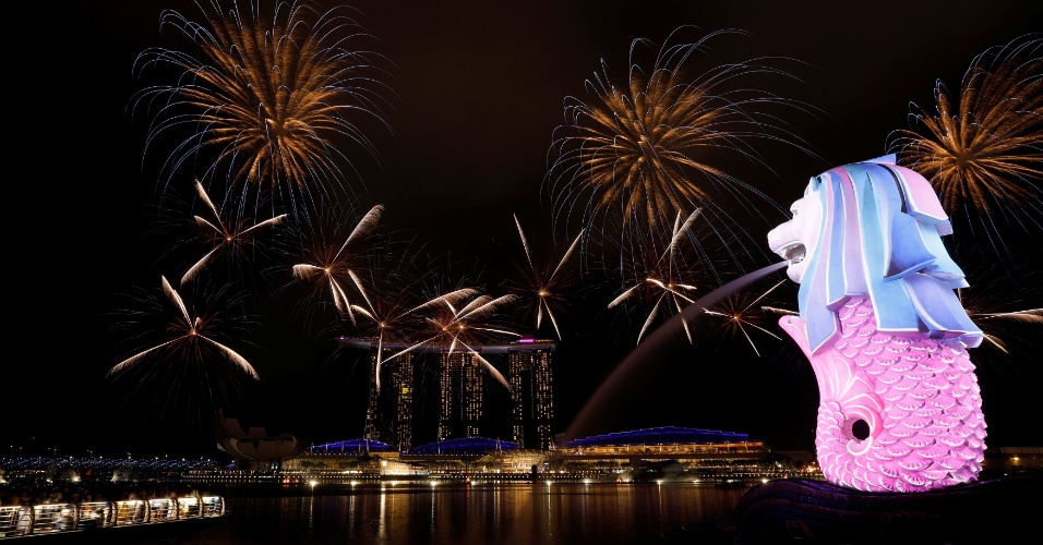 Fogos de artifício iluminam o céu da Marina Bay, próximo a Merlion, em Cingapura, celebrando a chegada de 2018