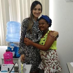 V., de 14 anos, posa com a defensora pública de Alagoas, Manuela Carvalho, que acompanhou todo o processo de adoção da menina por uma família carioca