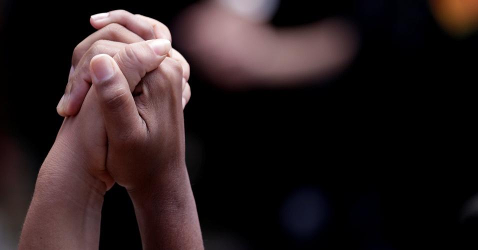 15.mar.2018 - Manifestantes dão as mãos durante a chegada dos caixões com os corpos da vereadora Marielle Franco (PSOL-RJ) e do motorista dela Anderson Pedro Gomes à Câmara Municipal do Rio de Janeiro, no centro da capital fluminense