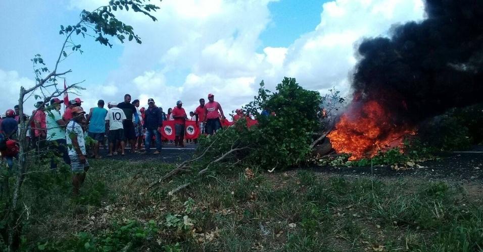 6.abr.2018 - Militantes do MST (Movimento dos Trabalhadores Sem Terra) bloqueiam a rodovia BR-235, na altura do trevo que dá acesso à cidade de Pinhão, em Sergipe, em protesto contra a prisão do ex-presidente Luiz Inácio Lula da Silva
