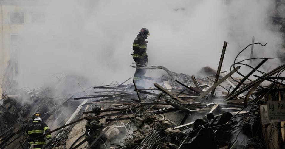 1º.mai.2018 - Bombeiro trabalha à procura de vítimas nos escombros do prédio de 24 andares que pegou fogo e desabou no centro de São Paulo