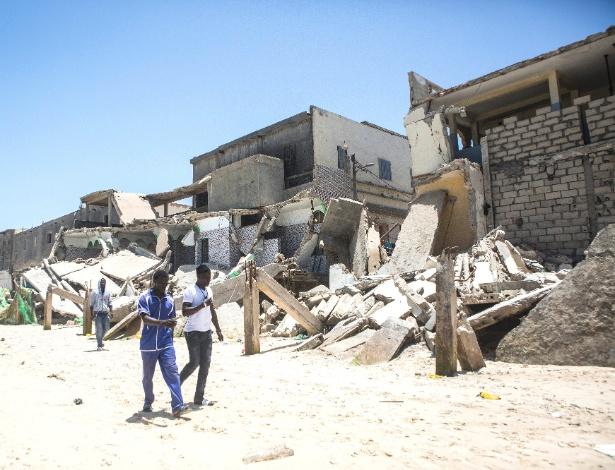 Ruínas de edifícios destruídos por marés altas em Saint-Louis, no Senegal