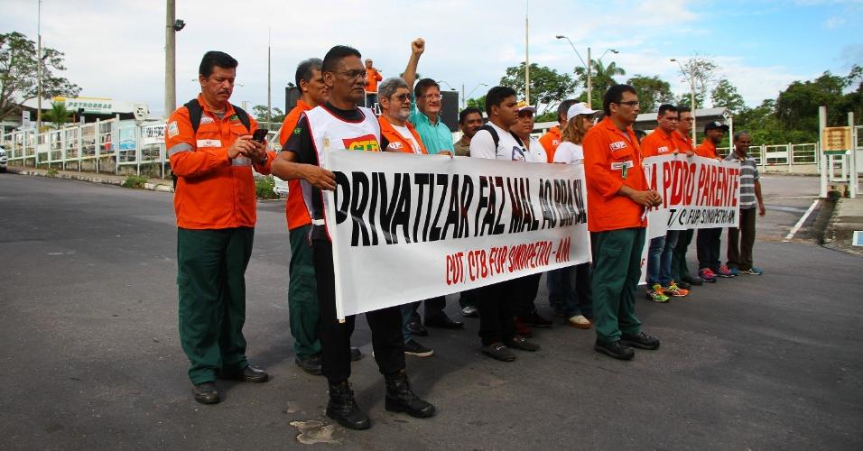 Petroleiros paralisam parcialmente as atividades na manhã desta quarta-feira (30) em frente à Refinaria da Petrobras, no distrito industrial de Manaus (AM). O Tribunal Superior do Trabalho (TST) atendeu o pedido do governo federal e proibiu a greve dos petroleiros, estipulando multa de R$ 500 Mil em caso de descumprimento
