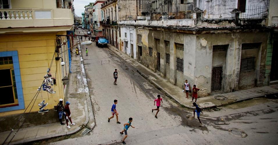 24.maio.2018 - Em Havana, Cuba, crianças jogam futebol na rua