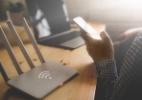 Não precisa levantar! Dá para mudar a senha do wi-fi usando o celular (Foto: iStock)