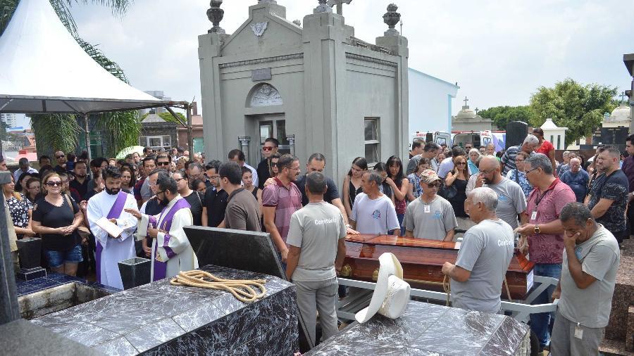 Familiares e amigos acompanham o sepultamento do corpo de Marilena Umezu, no Cemitério Municipal São Sebastião, em Suzano - Bruna Nascimento/MyPhoto Press/Estadão Conteúdo