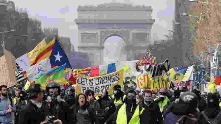 Manifestantes do grupo coletes amarelos entraram em confronto com a polícia nas ruas de Paris - Photo by Thomas SAMSON / AFP