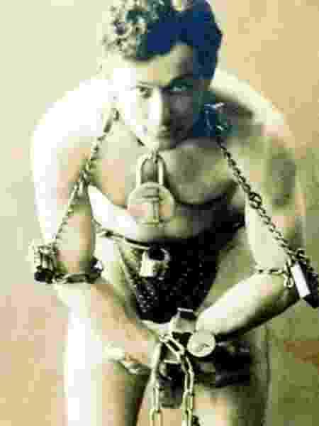 Harry Houdini foi um dos maiores ilusionistas da história. Ele viveu de 1874 a 1925 - BBC