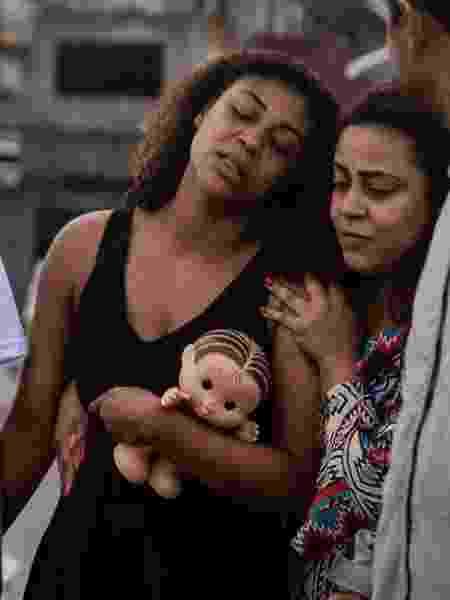 Vanessa Sales, mãe de Ághata Félix, no sepultamento da criança - Zô Guimarães/Folhapress