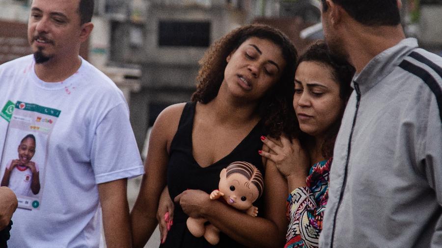 27.set.2019 - Vanessa, mãe de Ághata, é amparada durante sepultamento da criança - Zô Guimarães/Folhapress