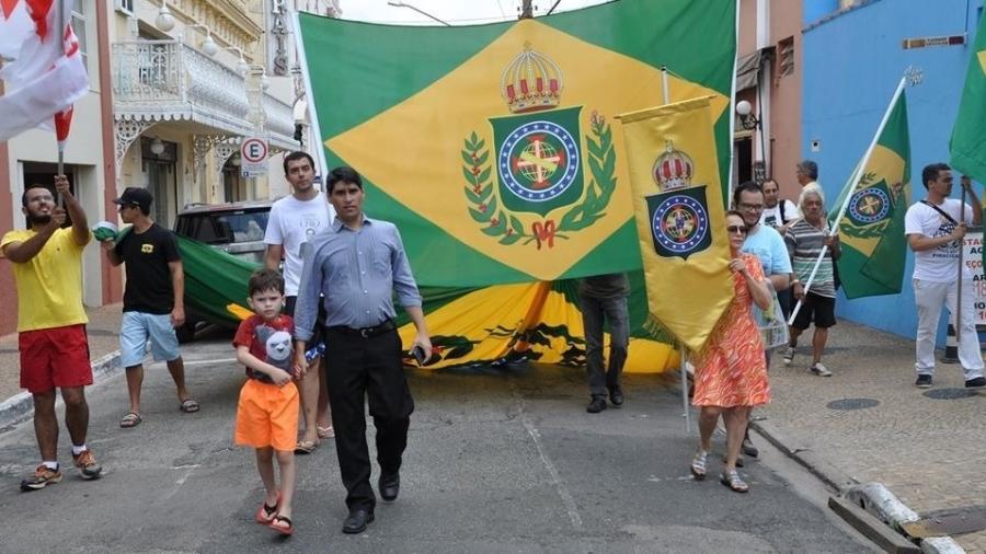 O monarquista César Jaques (de camisa Azul) com o filho à frente da Caminhada Histórica e Cultural de Itu em dia 15 de novembro de 2018 - Arquivo Pessoal