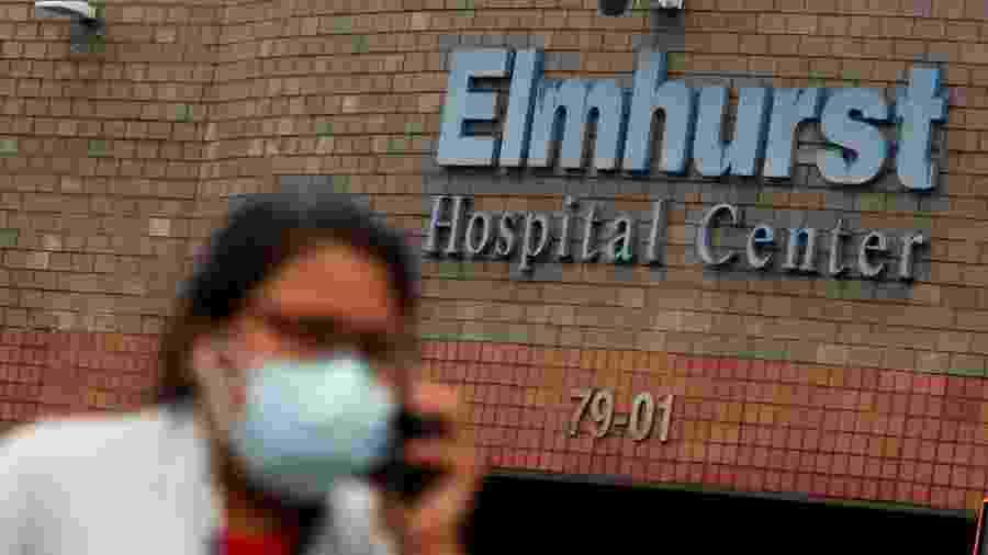 Pessoa com máscara de proteção contra coronavírus em frente a hospital em Nova York, EUA - Lucas Jackson