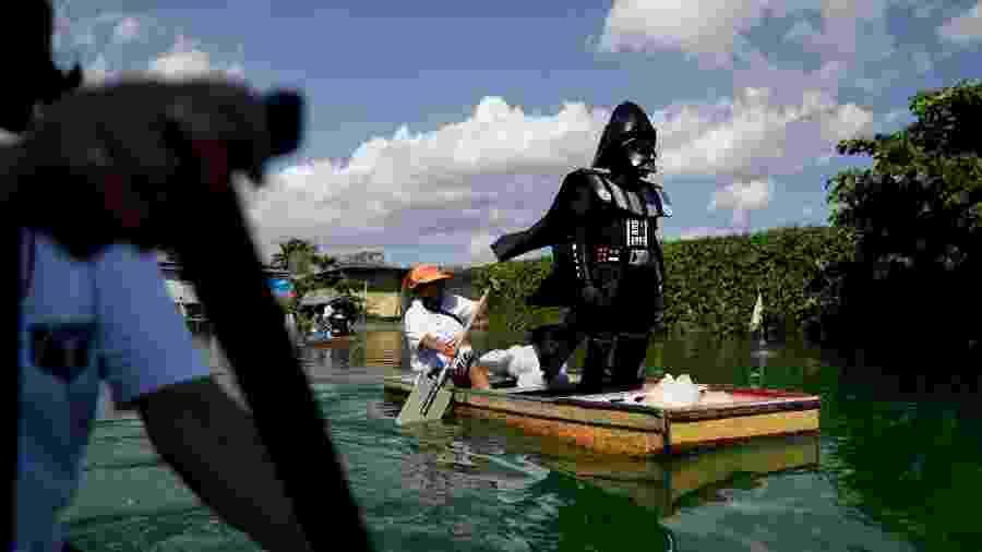 Funcionário vestido como Darth Vader entrega itens básicos a moradores das Filipinas em meio ao surto de coronavírus - Eloisa Lopez/Reuters