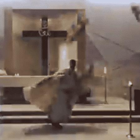 Padre é atingido por escombros do teto da igreja após explosão no Líbano - Reprodução