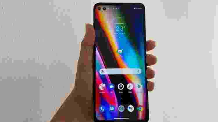 Celular tem uma tela de 6,7 polegadas e poucas bordas - Bruna Souza Cruz/UOL - Bruna Souza Cruz/UOL