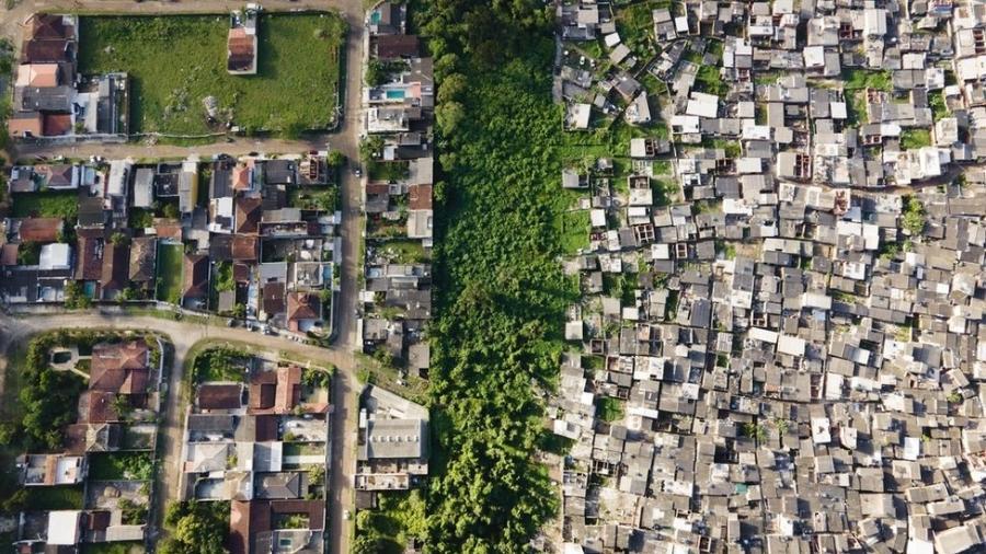 Imagem aérea do Guarujá; fotógrafo Johnny Miller está no Brasil desde outubro - Johnny Miller/Unequal Scenes