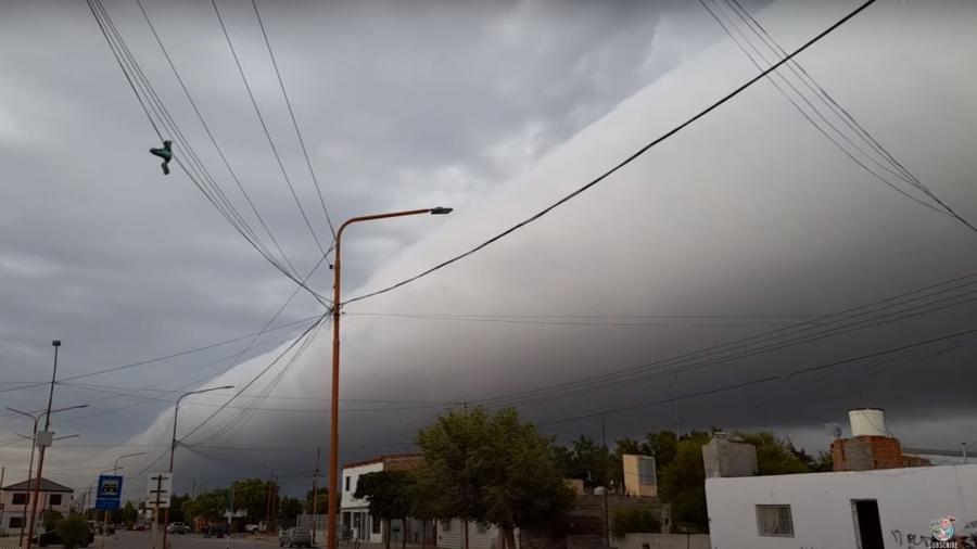 Fenômeno impressionante é uma nuvem de rolo, um tipo de nuvem arcus, que é uma formação baixa e horizontal no céu  - Reprodução/ViralHog/Youtube