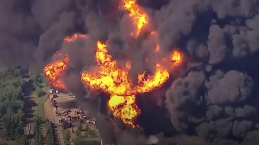 Um grande incêndio foi registrado ontem em uma fábrica de produtos químicos, com uma coluna de fumaça que superou mais de 100 metros, em Chicago (EUA) - Reprodução/YouTube/CGTN