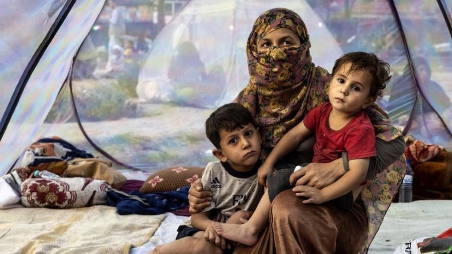 Muitas famílias afegãs que vieram para Cabul estão dormindo em campos nos arredores da capital - Getty Images