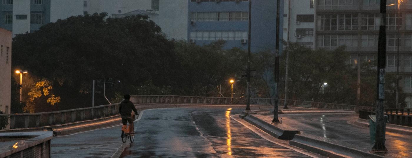 Ciclista passeia no Elevado Costa e Silva, conhecido popularmente como Minhocão, em São Paulo - Taba Benedicto/Agência O Dia/Estadão Conteúdo