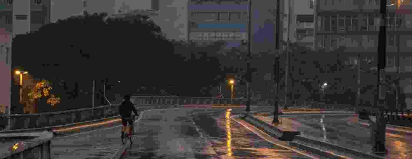 Ciclista passeia no Elevado João Goulart, conhecido popularmente como Minhocão, em São Paulo - Taba Benedicto/Agência O Dia/Estadão Conteúdo