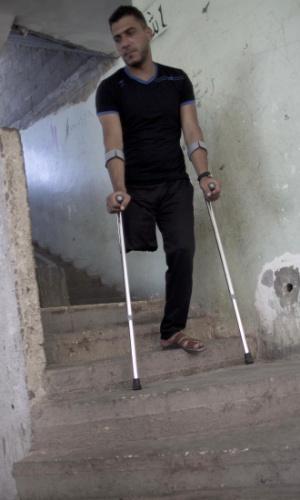 29.jul.2015 - Wael al-Namla, 26, desce as escadas com ajuda de muletas em sua casa em Rafah, no sul da faixa de Gaza. Ele teve um dos membros amputados durante a guerra de 50 dias entre Israel e militantes do Hamas no verão de 2014 (no hemisfério Norte), durante um ataque israelense que ficou conhecido como