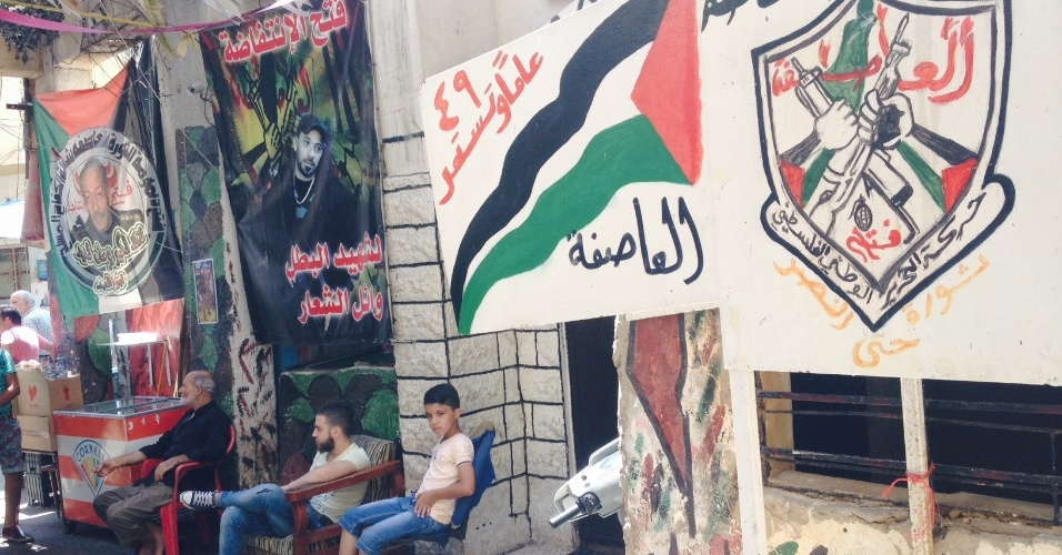Símbolos de grupos armados palestinos aparecem por todo o campo de Chatila, no Líbano