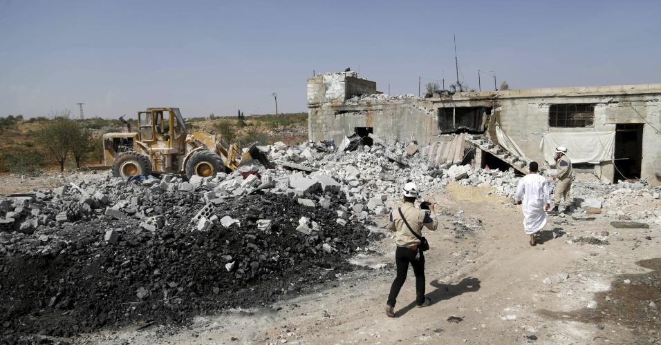 5.out.2015 - Com base em informações de ativistas, socorristas da Defesa Civil da Síria percorrem locais bombardeados pela Força Aérea da Rússia no último fim de semana. De acordo com o ministério russo da Defesa, houve pelo menos nove ataques aéreos