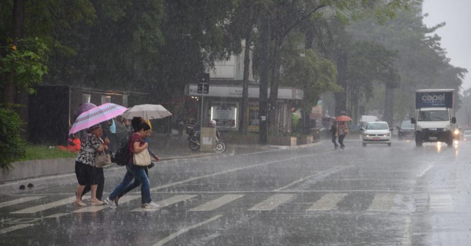 22.out.2015 - Pedestres e motoristas enfrentam chuva forte na região da avenida Paulista. Depois de uma noite chuvosa e com queda de granizo pontual e descargas elétricas no dia anterior, a previsão do tempo para a região metropolitana de São Paulo é de mais chuva, de acordo com a Somar Meteorologia
