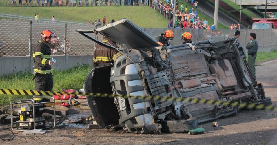 6.jan.2016 - Duas pessoas morreram e outras três ficaram feridas depois que um carro bateu em um caminhão, capotou e caiu da alça de acesso da Rodovia Castelo Branco ao Rodoanel, no Km 15, em São Paulo. A colisão foi por volta das 17h30 em direção a São Paulo