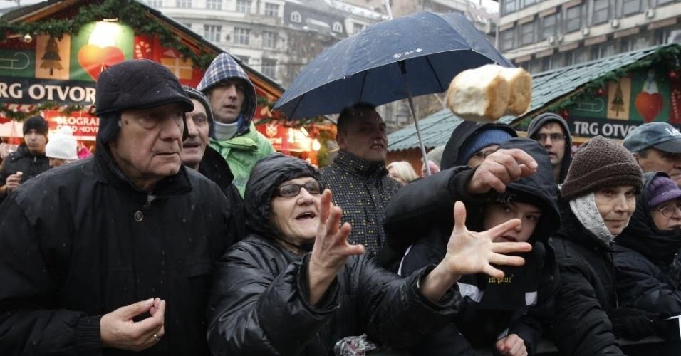 7.jan.2016 - Multidão se aperta para receber um pedaço do tradicional pão de Natal que marca as festividades do Dia de Natal ortodoxo, em Belgrado, na Sérvia. Os católicos ortodoxos celebram o Natal em 7 de janeiro, de acordo com o calendário juliano