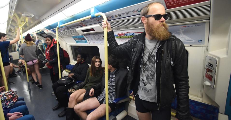 """10.jan.2016 - Participantes do """"Sem calças no metrô"""" em Londres, no Reino Unido"""