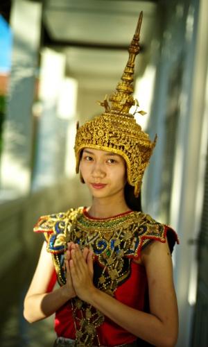 Recepção calorosa. Uma dançarina tradicional de Nang Keo em Luang Prabang, Laos. A dança clássica é feita por mulheres, geralmente para os visitantes quando chegam ao país