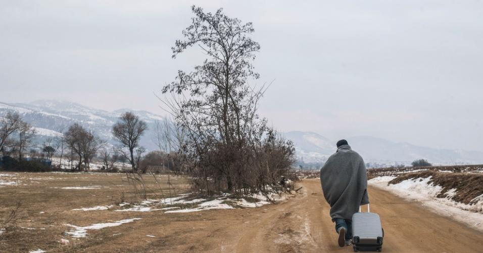 25.jan.2016 - Refugiado carrega bagagem após cruzar a fronteira da Macedónia na Sérvia, perto da aldeia de Miratovac, em enfrentando o frio que afeta a região neste início do ano. Mais de 1 milhão de pessoas provenientes de países como Síria, Iraque e Afeganistão entraram na Europa no ano passado